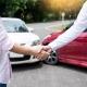 Vittima di incidente stradale stringe la mano al perito esperto di infortunistica stradale