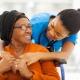 Giovane infermiera servizio sociale con una signora anziana