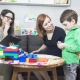 Pedagogista familiare tiene una sessione con un bambino
