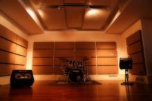 STUDIO 1 Hanno caratteristiche ottimali per ogni progetto musicale, dall'acustico al rock......... La sala più grande misura circa 40 mq, è trattata acusticamente ed è adatta alla registrazione della batteria e di strumenti acustici,può essere utilizzata per amplificatori di chitarra e basso,ecc......Questa sala è adibita, non solo come sala prove per gruppi musicali, e piccole orchestre, ma è utilizzata anche come studio fotografico per eventuali book e per riprese di video musicali.