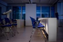 Dettaglio sedia e desk didattico con led di cortesia acceso
