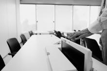 Sistema di monitor a scomparsa nei desk didattici 2 di 4