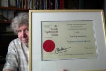 Prof. Ernesto Spinelli con il premio ricevuto nel 208 dalla BPS