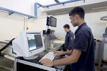 allievo del corso operatore meccanico alle prese con le macchine a controllo numerico (CNC)