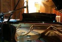 Il pianoforte Yamaha C6 su cui il Maestro lavora e compone le sue opere.