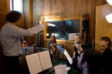 Il Maestro Cacciapaglia conduce una sessione di interpretazione in studio