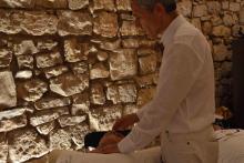 Fabio Squadrone allo Yoga Fest di Barletta mentre esegue un trattamento