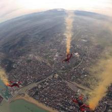 Paracadutismo in caduta libera con fumogeni sulla città di Pescara