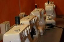 l'attrezzato laboratorio dei corsi di taglio e cucito