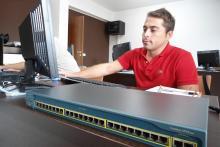 Corso per certificazione Cisco CCNA - Corsista al lavoro con il nostro switch Cisco System Catalyst 2950